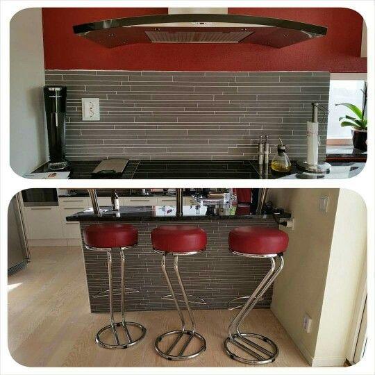 Köket var vitt när vi köpte huset. Vi målade fondvägg i rött och bas är beige. Satte in grå stavklinker under bar (ekskiva med tre matt krom konsoler #ballingslöv) och över spishäll. Barstolar har vi fått nytapetserade i oxröd läder.