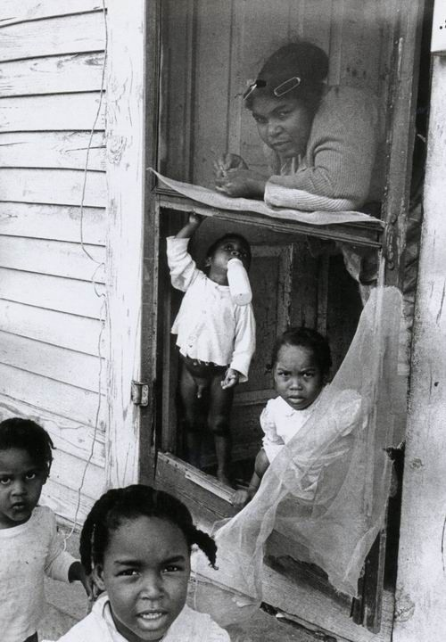 Thomas Hoepker - Mother and children, New Orleans,  1963. S)
