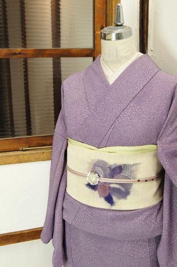鼠色をおびた藤色に近い紫に、江戸小紋調の点描で描き出された扇や十字、蓑亀を思わせるモチーフなどが浮かび上がる化繊の単着物です。 #kimono