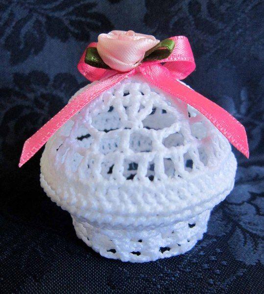 Scatola all'uncinetto con rosa e nastro di Piccoli Capricci di Mara su DaWanda.com