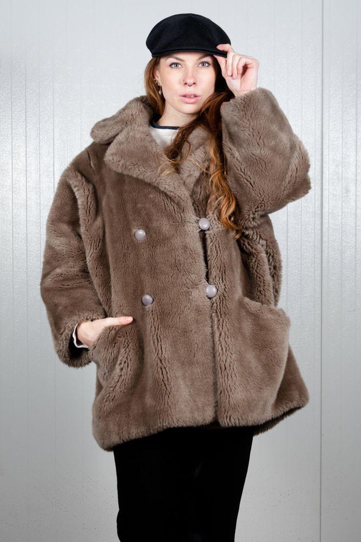 Gray 90s faux fur jacket. Shop it here: https://www.etsy.com/nl/listing/505028105/80s-faux-fur-vintage-jas-winterjas-grijs