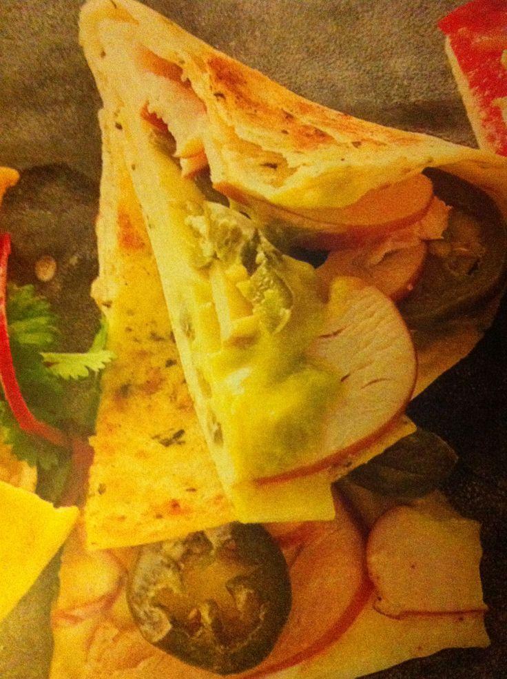 Quesadilla met Goudse kaas, jalapenos, guacamole en gerookte kip. Bron: AH