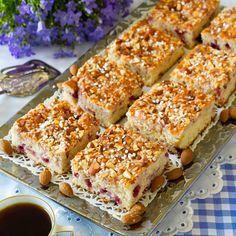 Mums för mjuka rutor med smak hallon och kardemumma och knaprig sötmandel och pärlsocker på toppen