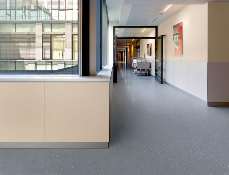 Não somos pisos vinílicos, somos pisos de borracha. Os pisos Nora são 100% de borracha, baseados em qualidade e sustentabilidade com mais de 300 variações de cores e design, totalmente ergonômico, certificação LEED, resistente a manchas, ao grande tráfego comercial e voltado para diversas aplicações. Instalação dos pisos noraplan® signa - environcare no Uni-KH-Eppendorf Neubau: Klinikum West em Hamburg | Alemanha.