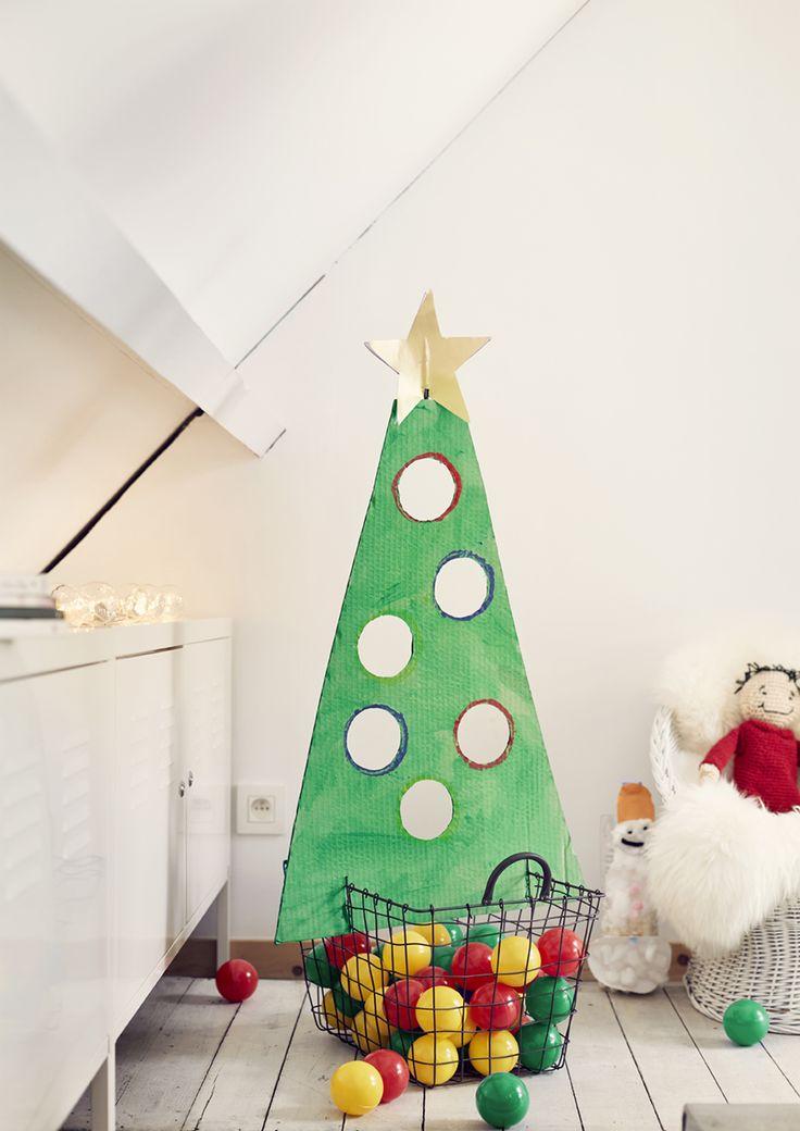 Un sapin de Noël pour jouer ? Bien plus amusant que le traditionnel sapin ! Vous pouvez le réaliser vous-même, en famille. Découpez un triangle dans du carton, dessinez des cercles et découpez-les, laissez ensuite votre enfant peindre le sapin avec une éponge ou ses mains. Placez enfin une belle étoile et tadaaa… Vous pouvez lancer vos boules de Noël !
