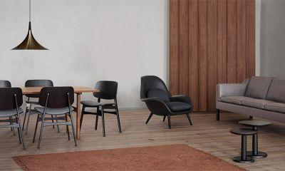 Fauteuil scandinave rembourré  Swoon design Space Copenhagen - Swoon cuir catégorie 1 coloris Black 88, pieds chêne fumé. Tables
