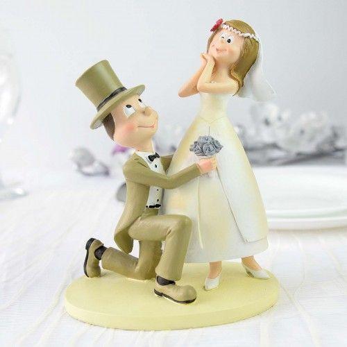 Figurina pentru tort ce intruchipeaza doi miri intr-o pozitie comica. aduce un plus de stil evenimentului dumneavoastra este lucrata cu grija si atentie se potriveste cu orice tema ati alege pentru nunta