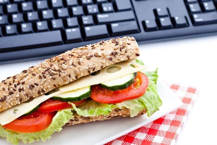 Horaires de travail particuliers, lieu de travail trop éloigné de votre domicile, absence de cantine... Voilà autant de raisons qui vous contraignent à prendre vos repas à l'extérieur. Saviez-vous que vous pouviez déduire ces frais de repas de vos impôts ?