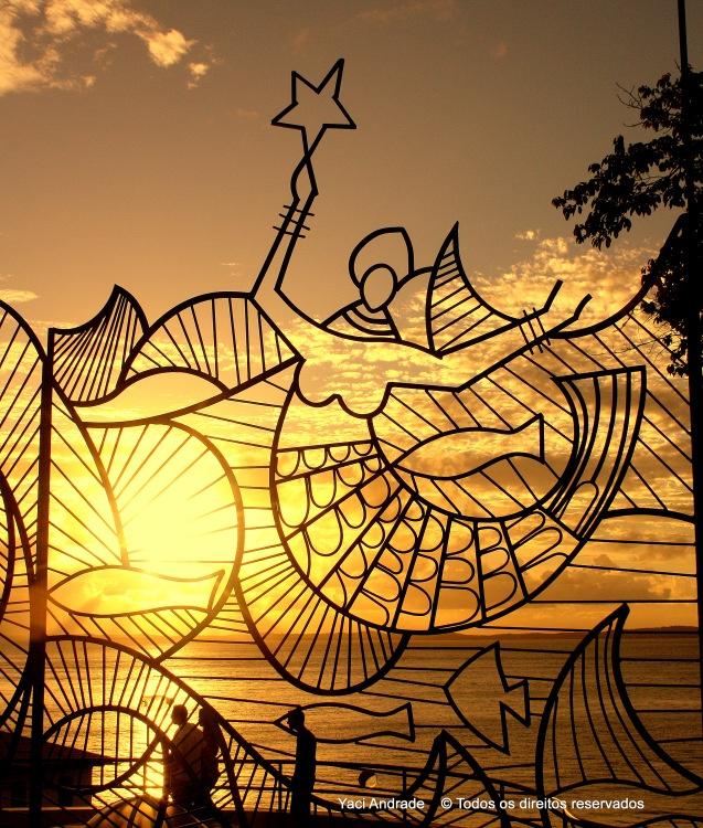 A rainha do mar anda de mãos dadas comigo Me ensina o baile das ondas e canta, canta, canta pra mim É do ouro de Oxum que é feita a armadura que guarda meu corpo.