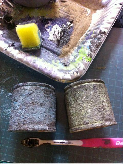 リメイク缶ザラザラ加工  [2] 次に、もっとボヤケた汚れ感を出すため、歯ブラシを使います。  歯ブラシの毛先に軽めに絵の具をつけ、(1) より薄めの色または濃いめの色を擦り付けていきます。  ここでのコツは、力を入れすぎないこと!  力を入れて擦り付けるとせっかくできた凸凹の凹の部分にまで薄い色が入り込んでしまって、結果1色ベタ塗りになってしまいます。  あくまでもでこぼこの凸の部分にだけ色をのせてくイメージで( ´ ▽ ` )ノ  こうすることで凹の部分に入れた濃い色が陰のように見え、より凹凸を際立たせ、ザラザラでボロボロに見せることができます。  薄い色が乾いたら、缶の下部や上部に少し濃い目の色を歯ブラシで擦り付けていって、汚れ感を出します。 歯ブラシの色塗りはスポンジと違って、缶にのせた絵の具を擦って広げてボカすようにします。  この工程も、1〜2回、自然な色合いになるまで繰り返します。