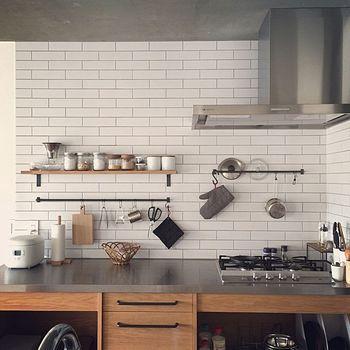キッチンでは特に、使う場所から動かすにさっと取れるような収納が理想です。ザルやボウルは流しの下へ、フライパンなどはガスまわりへ。 調味料は特に、入れるタイミングで料理の美味しさを左右する大事なもの。すぐにさっと手に届くところへ収納できるといいですね。 こちらのキッチンでは、ハサミやトング、まな板に鍋蓋…なんでも吊るして、欲しいときにすぐ手に取れます。