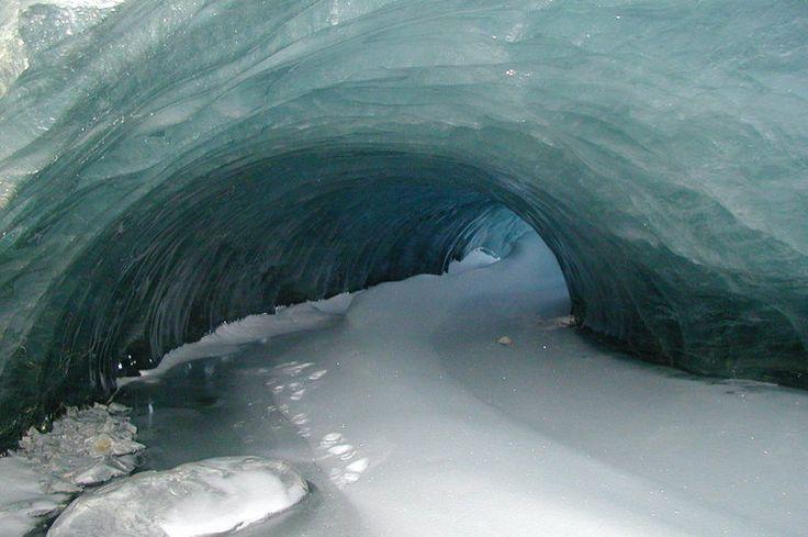 Continent des antipodes, l'Antarctique est une île de glace gigantesque, ponctuée de sommets montagneux extraordinaires et habitée par une poignée de scientifiques.