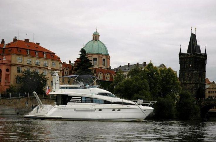 Auf der Moldau Prag erlebenGeniessen Sie diese Reise aus vollen Zügen und machen Sie eine nette und entspannende River Cruise durch Prag. Sie bekommen ein privates Boot mit einer Bar und einer Kabine. Man wird Sie durch das Zentrum von Prag fahren. In der Zwischenzeit können Sie Ihr Getränk und die schöne Aussicht auf das Prager Panorama in guter Gesellschaft mit Ihren Freunden geniessen.