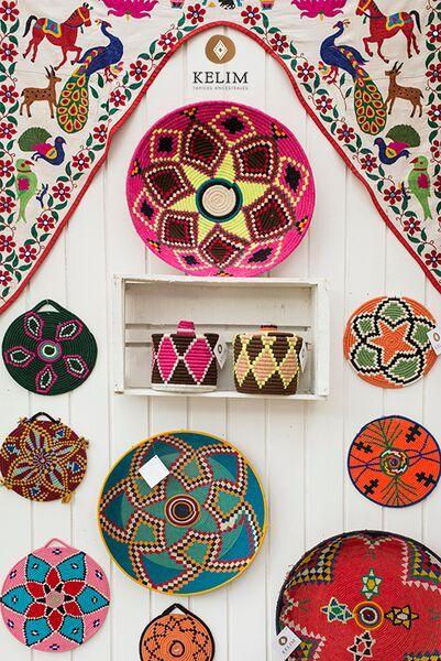 Traídos exclusivamente desde Marruecos, cada modelo de nuestros platos vintage Beréber está hecho de rattan bordado a mano. Úsalos para decorar tus muros, mesas, para apoyar platos calientes o como tu quieras!