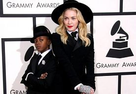 27-Jan-2014 4:01 - MADONNA LAAT ZICH KLEDEN DOOR ZOON DAVID. Madonna was een ware verschijning op de rode loper van het grote Grammy Award Gala vanavond. De 55-jarige zangeres stapte (zonder Timor) met zoon David uit de auto. De twee droegen matchende outfits. Madonna heeft inmiddels zo vaak een rode loper-look moeten kiezen, dat ze haar inspiratie deze keer ergens anders zocht: bij David!...