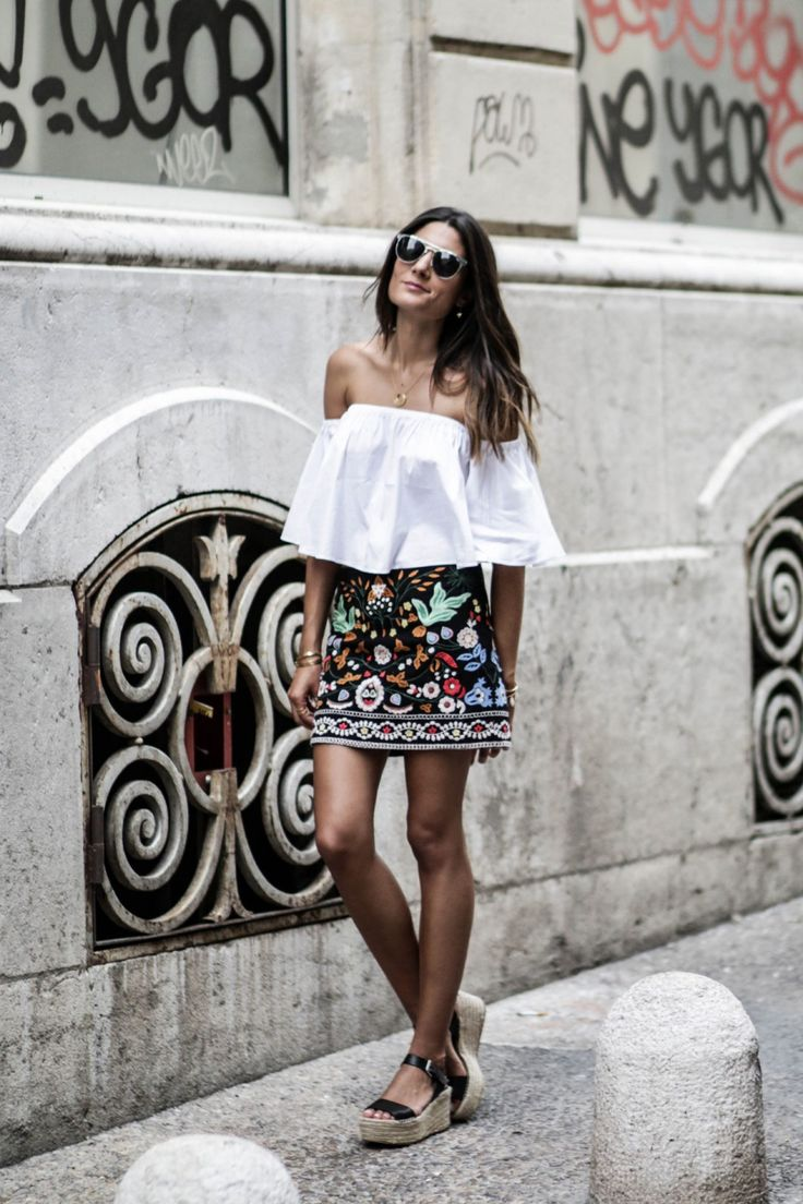 This gorgeous embroidered mini skirt is an absolute killer paired with an off the shoulder blouse and chunky espadrilles. Federica L. has created a wonderful summer style here, we recommend you give it a try! Top: Zara, Skirt: Perfecto.