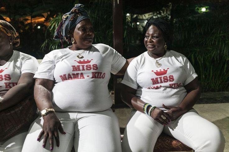 """Die Gewinnerin bekam einen Wochenendtrip nach Paris, gestiftet von einem Sponsor des Wettbewerbs.  Magalie Opangot (l.) und Jenny Elongo bei den Proben zu der Miss-Wahl: Die beiden gingen bereits zum dritten Mal bei """"Miss Mama Kilo"""" an den Start"""