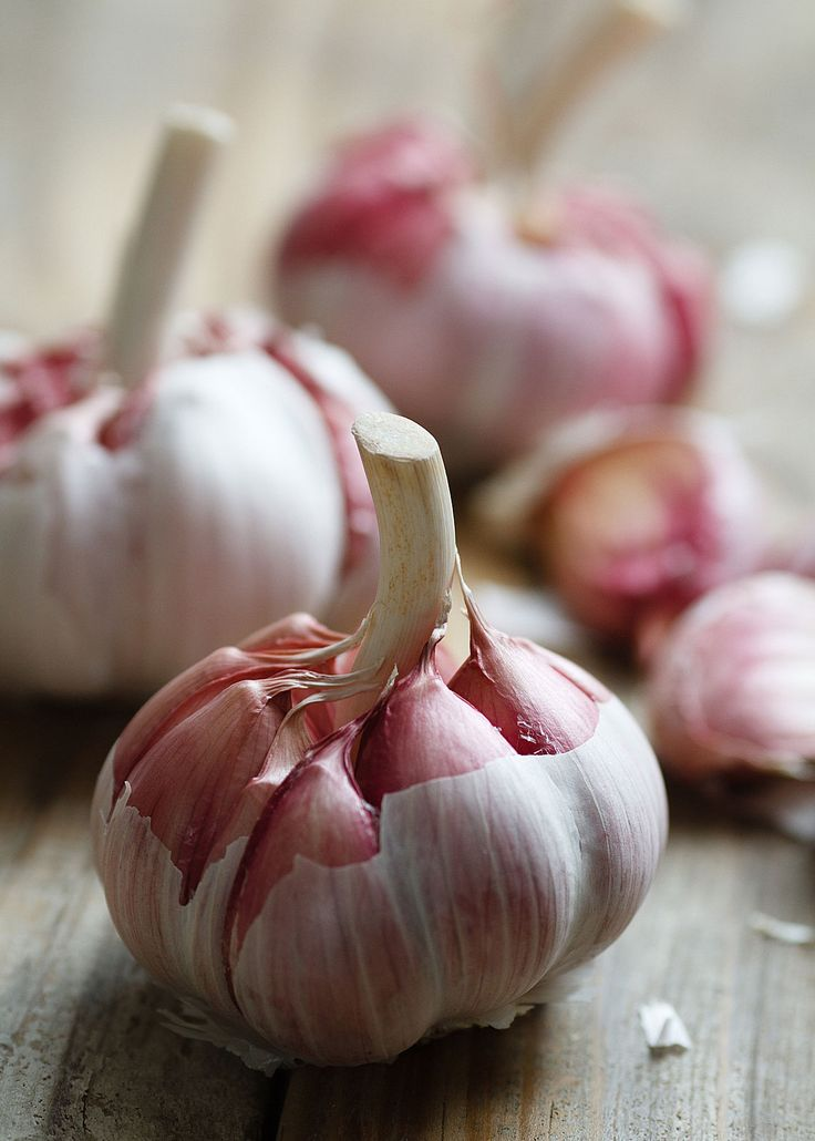 20 unusual uses for garlic - Lots of healthful and unsual uses... would you imagine repair a hairline crack in a glass???? -sr