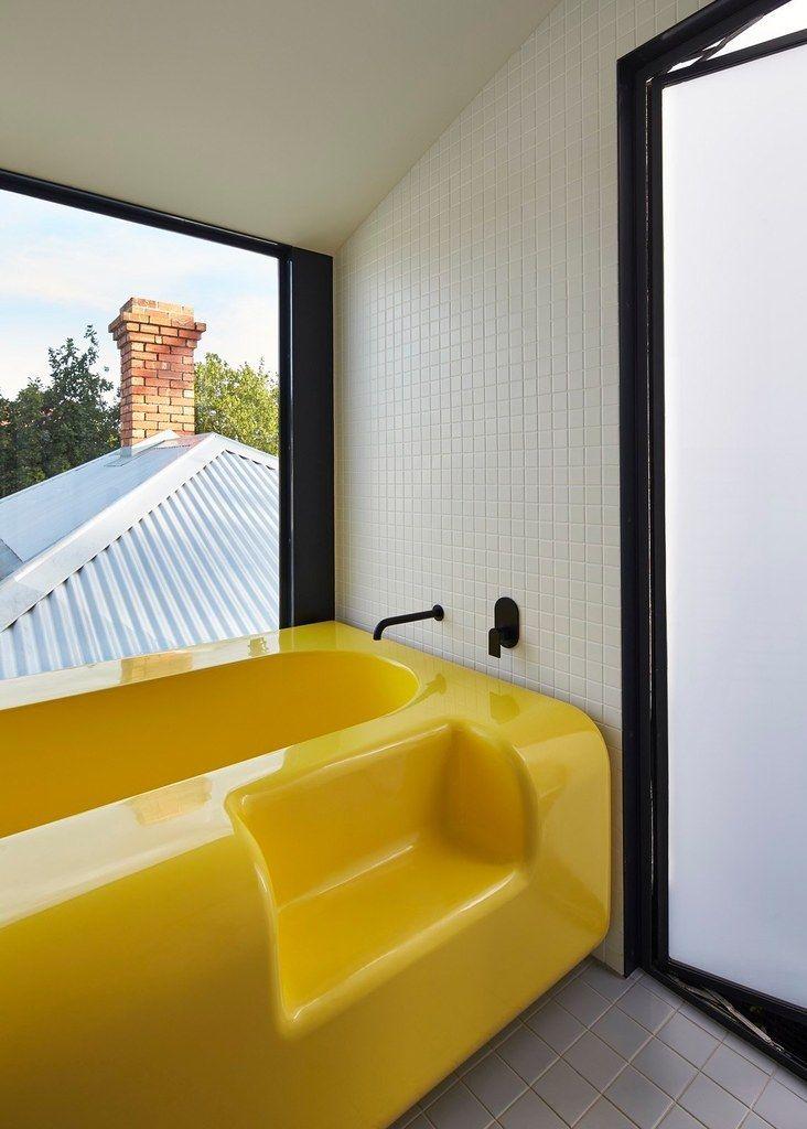 Ванна с удобной ступенькой выглядит романтичнее у большого окна . Хозяйка этого дома успешная бизнес леди и молодая мама. Поэтому перед архитекторами была поставлена задача создать светлое жилое пространство способное скрыть беспорядок, с достаточным местом для игрушек. (Фотографии к статье)