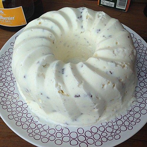 Eistorte schnell und einfach - Zutaten 1 Liter Schlagsahne 100 g Baiser 3 Pck. Vanillinzucker 500 g Himbeeren (TK) Zubereitung Sahne steif schlagen, das Vanillinzucker hinzufügen. Baiser zerbröseln und unter die Sahne heben. Früchte etwas antauen lassen und dann ebenfalls unter die Masse heben. Masse in eine Springform füllen und in den Gefrierschrank bzw. in die Truhe stellen. Vor dem Verzehr ca. 1/2 Stunde antauen lassen.