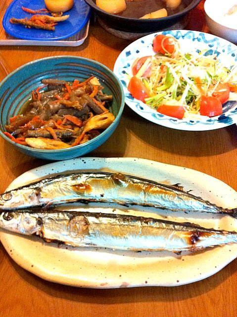 サンマ一匹50円。安っ‼家族5人分焼いちゃいました♪ - 1件のもぐもぐ - サンマ。タタキごぼうのキンピラ。いか大根。水菜&大根サラダ。 by yurihana