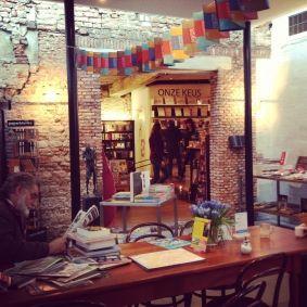 Vertoeven aan de leestafel bij prachtige boekhandel H. de Vries in Haarlem #tip #literatuur #haarlem #boekhandel