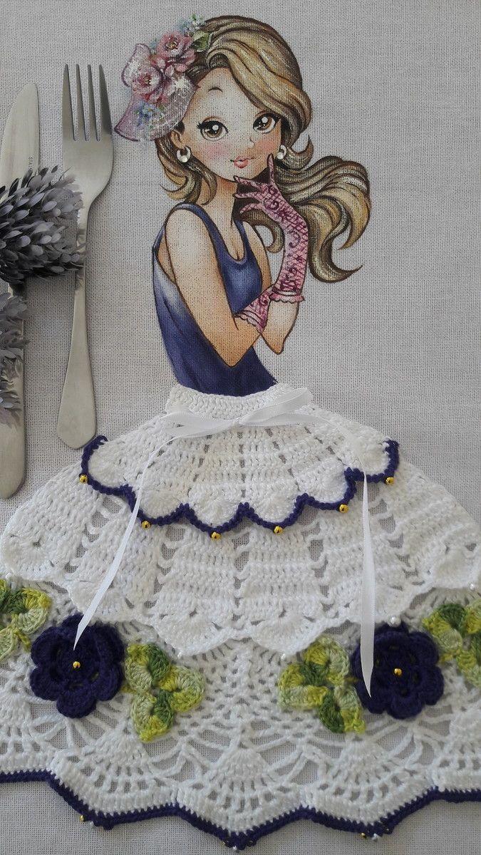 Pano de Copa com pintura de menina e saia de crochê.  Sacaria 100% algodão da marca Apucarana.  Crochê confeccionado com a linha anne.  Enfeites em pedraria.  Pode ser usado como pano de fogão.