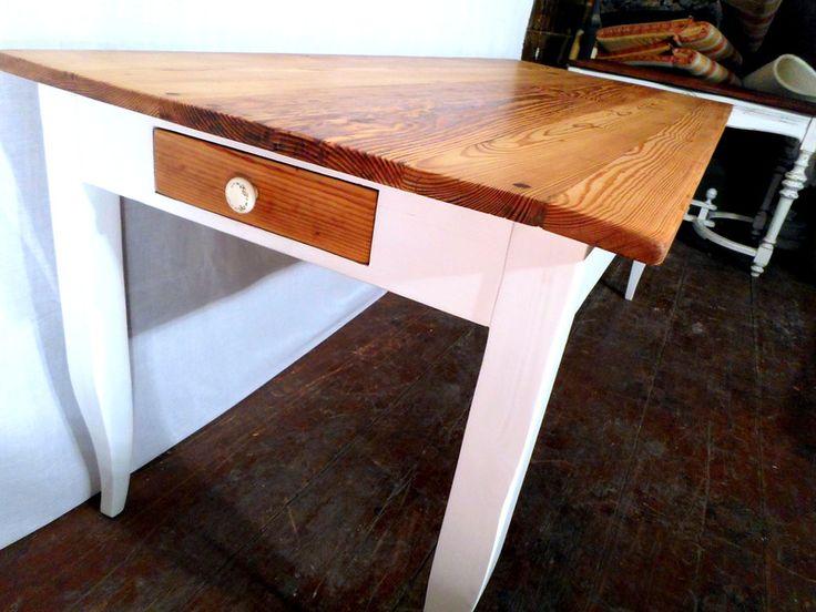 Stół został w całości wykonany ze starych sosnowych belek, dzięki czemu ma unikalny wygląd blatu. Blat oraz szuflady jest olejowany. Nogi i oskrzynia są bielone, ale z wyraźnymi naturalnymi słojami...