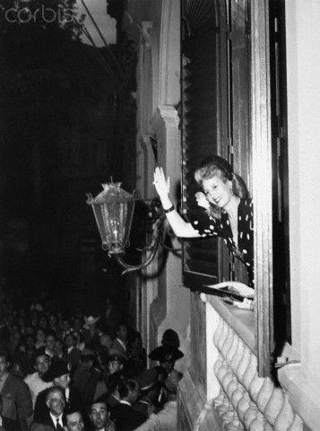 26 de junio. Eva Peron saluda desde la Embajada Argentina, donde se alojó.