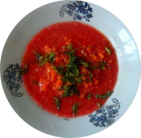 Sopa fria de tomates, pimiento poblano rojo, zanahoria y chirivia. Todo crudo