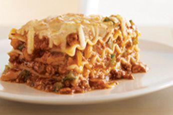 Vous ne pourrez plus vous passer de cette lasagne. Débordante de fromage fondant, de bœuf haché et de sauce pour pâtes, elle enchantera tous les palais, c'est garanti!