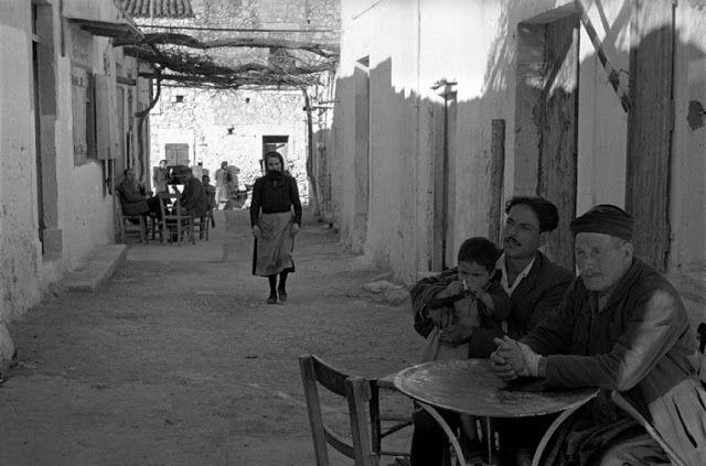 Ανάμεσα σε δυο καφενεία-Κρήτη 1955