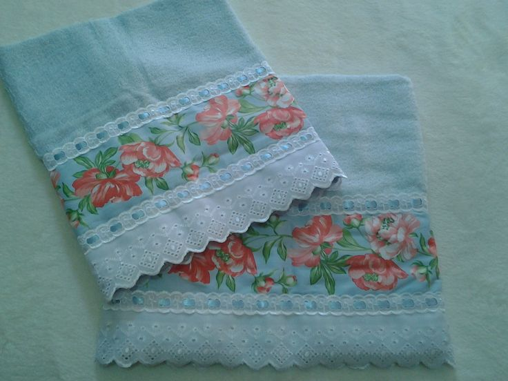 Lindo jogo para presentear sua mãe ou alguém especial!    Jogo de toalhas de banho e rosto, da marca Casa In, com aplicação de barrado de tecido, bordado inglês, passa-fita e fita de cetim.    Medida da Toalha de Rosto: 49x80  Medidas da Toalha de Banho: 67x1,35