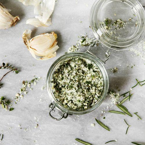 Fokhagymás fűszerkeverék - Hozzávalók:      6 gerezd fokhagyma     fél bögre* kóser só (Himalája)     1 bögre friss, vegyes gyógynövény (petrezselyemlevél, rozmaring, finomra vágott kakukkfű és zsálya)