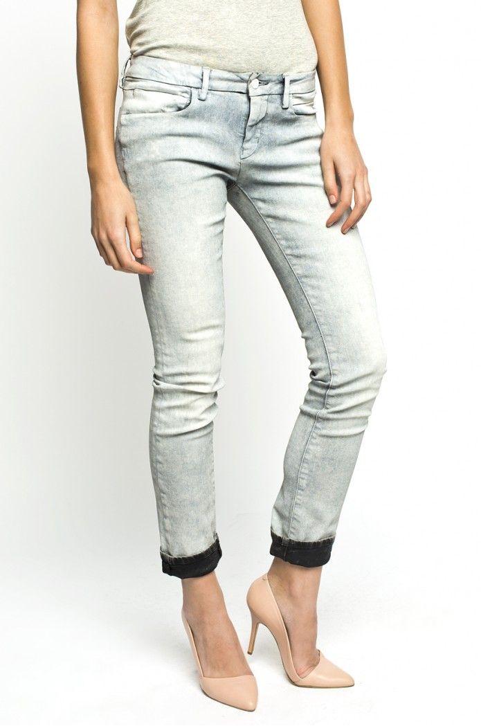 Jasne jeansy Calvin Klein z ciemną aplikacją