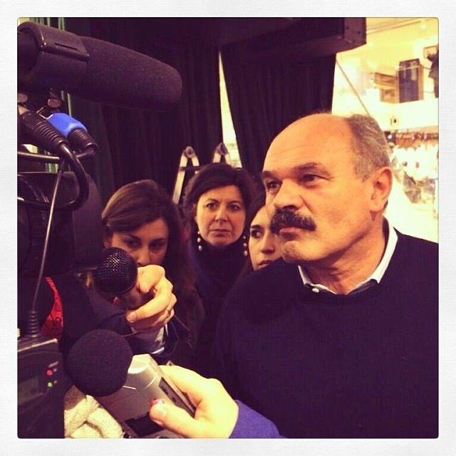 Il sono quella nel centro della fotografia, mentre ascolto concentrata #OscarFarinetti mentre viene intervistato #EatalySmeraldo a #Milano