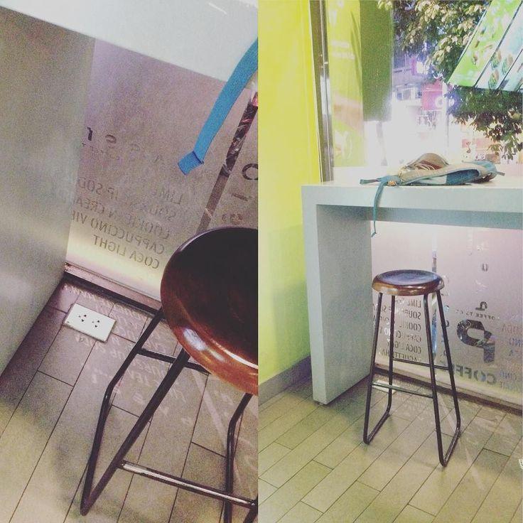 こんなんありなんですか  ベトナムホーチミンのきれい目なカフェで出会った床に内蔵されている  コンセントの差込口  これは雨の日日々の掃除で壊れる可能性大な気がしますが...  気をつけて掃除するしかないやつですね  #taiwa #cocoacana #vietnam #hochiminhcity #ベトナム #ホーチミン#旅 #旅行 #観光 #写真 #海外 #海外生活 #海外旅行 #バックパッカー #旅行大好き#旅人 #海外暮らし #自分磨き #地球の歩き方 #グルメ #コラム #ここあかな