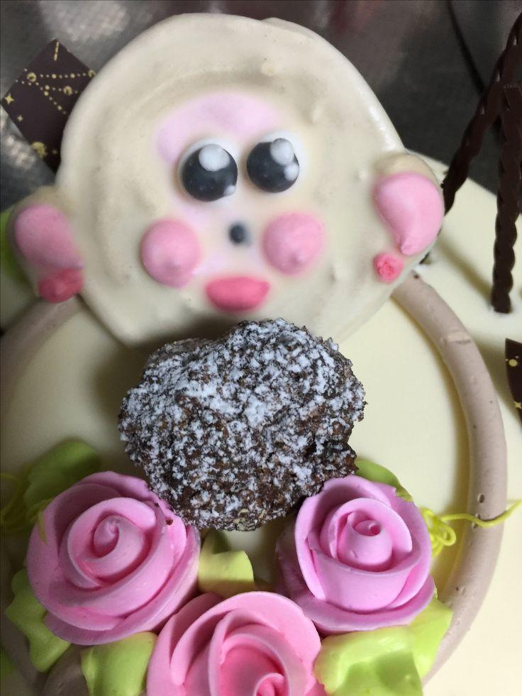 誕生日ケーキである。なぜ猿の顔面を採用したかは謎。毎回笑わせてくれるバターケーキホール。