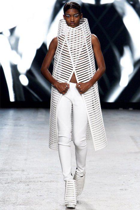 Gareth Pugh Primavera-Verano 2012 presentada en la Semana de la Moda de París. Desfile con todas las imágenes y vestidos. Phoebe Philo. Galería de fotos