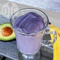 Verse blauwe bessen (bosbessen) gecombineerd met avocado, banaan, amandelmelk en chiazaadjes in een heerlijke, snelle en makkelijke smoothie die vegan, gezond en prachtig van kleur is!