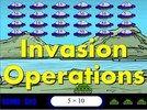 Détruisez tous les vaisseaux spatiaux avant qu'ils ne se posent sur notre planète. Choisissez votre opération et tirez sur les résultats du calcul affiché en bas de l'écran. Il faut utiliser les flèches directionnelles pour déplacer le char sur les côtés et appuyer sur la barre espace pour tirer. Si les OVNI atteignent la surface de la Terre, les extra-terrestres envahiront notre planète. Serez-vous suffisamment rapide pour empêcher cette invasion ?