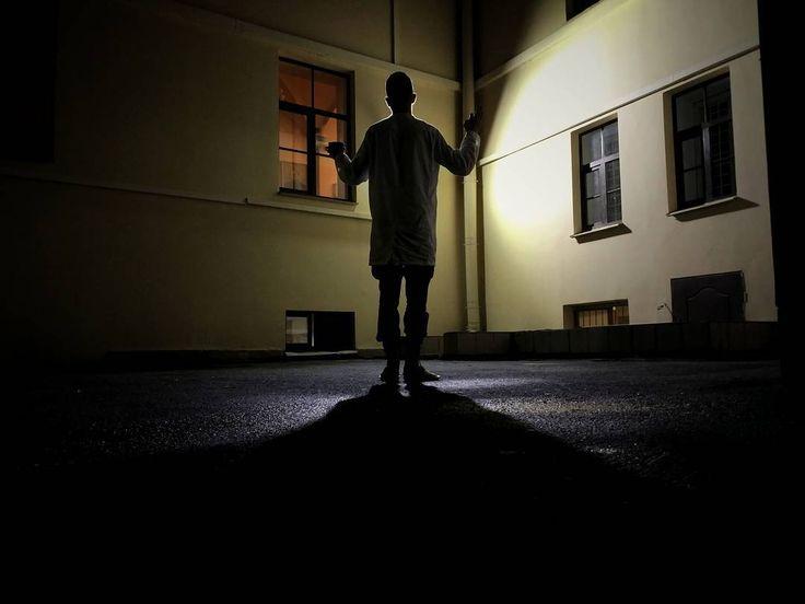 А как вы коротаете летние ночи?  #dark #night #man #people #awesome #spb #summer #military #student #hospital #guard #coffee #cigarette #light #building #Silhouette #wonder ##shadow #snapseed #ВМедА http://butimag.com/ipost/1561893033182912685/?code=BWs9XA8BmCt