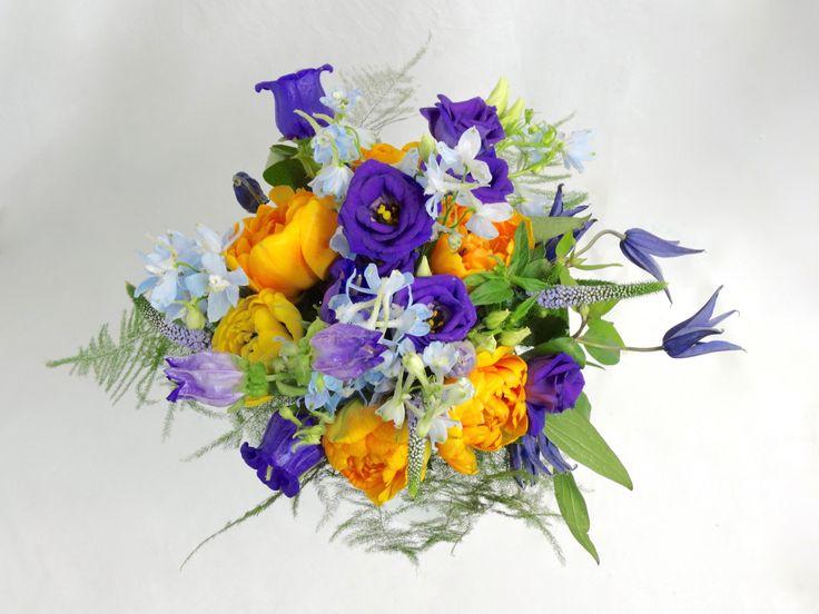 Bruidsboeket met Tulipa, Eustoma, Campanula, Veronica, Delphinium, Clematis en Asparagus setaceus, door Natys Floral Design & Services