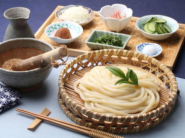 埼玉県の郷土料理「すったて」。ごま味噌風味の冷や汁つけうどんは、大葉ときゅうりがとっても爽やかで、まさに夏の味。レンジ加熱が可能な冷凍うどんなら火を使う必要もなく、すり鉢があれば作ることができます。暑い夏にはとってもうれしい一品です。