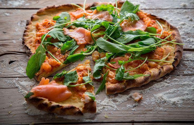 Πίτσα με ρόκα , καπνιστό σολομό γαρίδες και λεμόνι