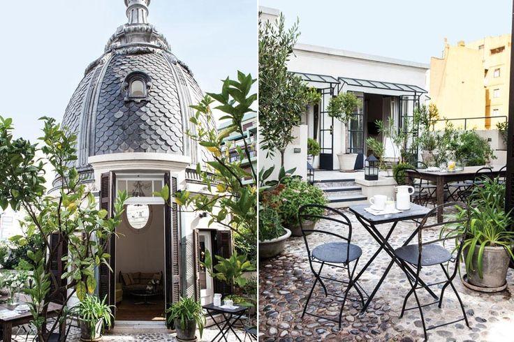 Al estilo orangerie, la terraza con piso de piedras tiene macetas con cítricos y aromáticas. Se equipó con sillas Quilmes y un mesón de madera con tratamiento para la intemperie (Cetol).  /Javier Picerno