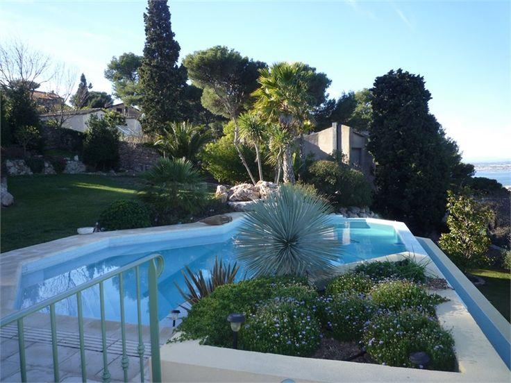 Magnifique villa d'architecte à vendre chez Capifrance à Sète.     > 360 m², 9 pièces dont 5 chambres et un terrain de 4000m².     Plus d'infos > Elisabeth Thoulouze, conseillère immobilière Capifrance.