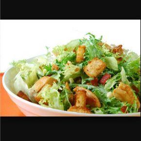 para a salada: - 1 alface americana picada - 1 peito de frango sem osso, temperado, grelhado e cortado em tiras médias - 1 xícara de parmesão ralado - 2 xícaras de croutons bem crocantes para o molho: - 1/2 xícara de óleo - 1/2 xícara de azeite de boa qualidade - 1 gema - 2 dentes de alho amassados - 5 filés de anchovas - 2 colheres de sopa de maionese - 1 colher de sopa mostarda - 1 colher de sopa de suco de limão