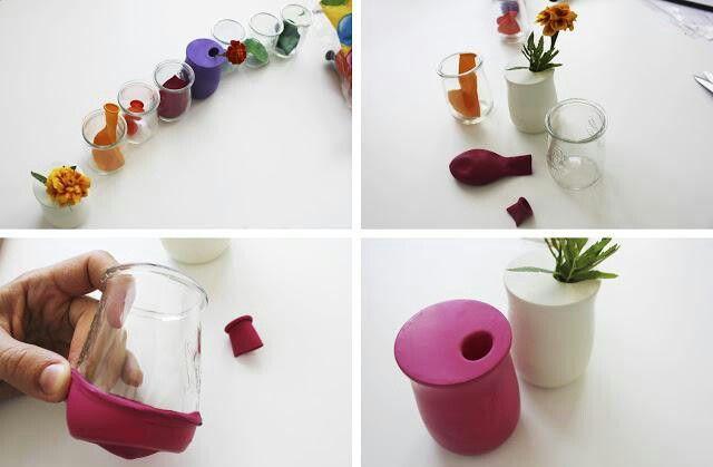 Floreros realizados con globos y tarros de yogur de cristal