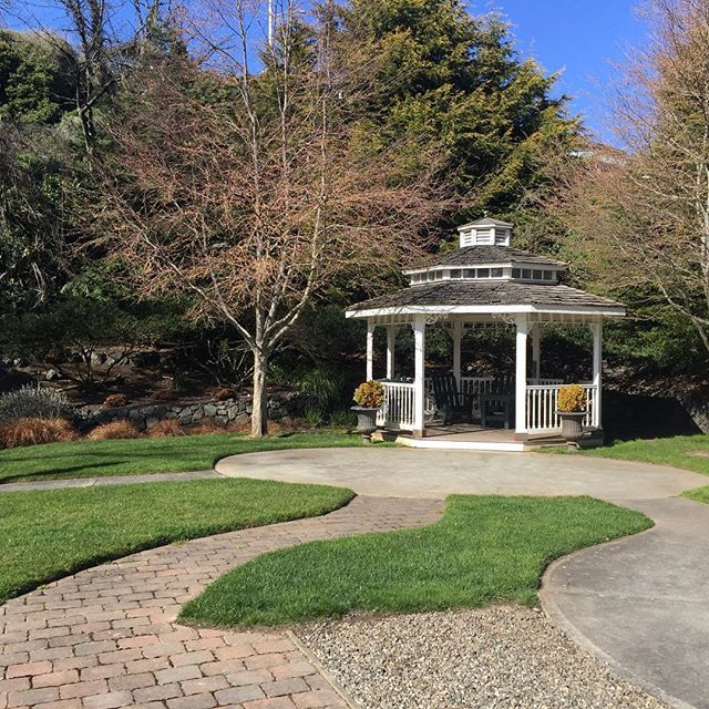 It is going to be hard to say goodbye to #porttownsend Weve loved our holiday here! Isnt the back garden @bishopvictorianhotel utterly charming? We watched deer grazing relaxed in the sun & the kids ran around burning off energy. #enjoypt #washingtonstate #visitwashington #pacificnorthwest #familyfun #familyfuntravel